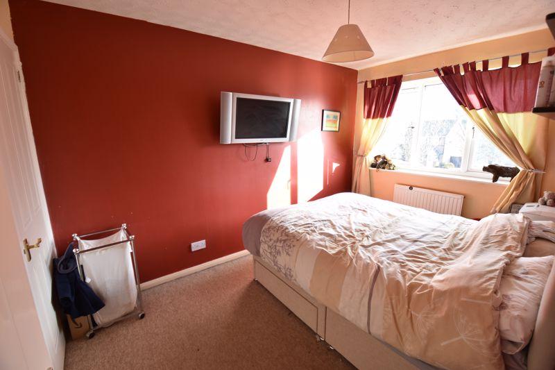 3 bedroom Mid Terrace to buy in Cromer Way, Luton - Photo 6