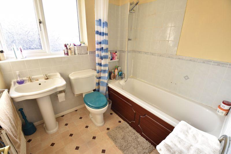 3 bedroom Mid Terrace to buy in Cromer Way, Luton - Photo 7