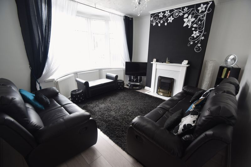 3 bedroom Semi-Detached  to buy in Farley Hill, Luton - Photo 1