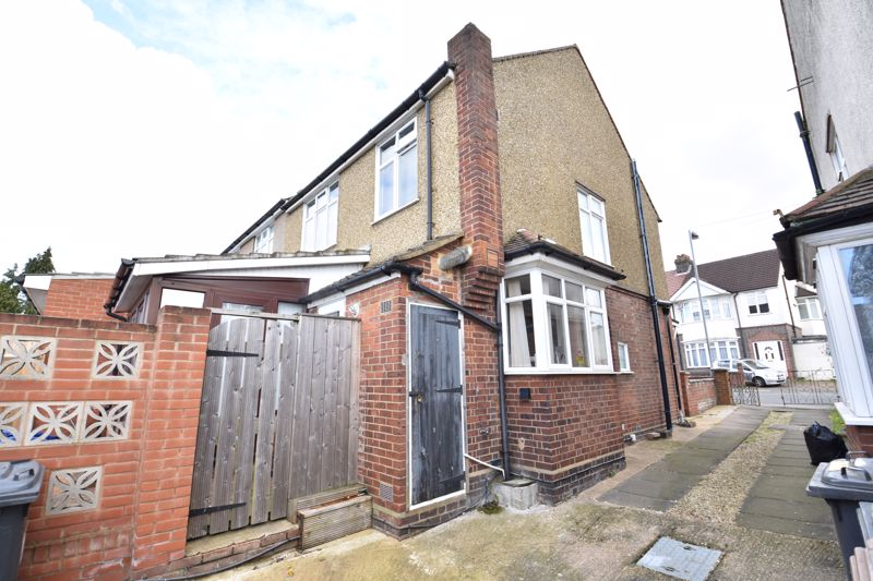 3 bedroom Semi-Detached  to buy in Rutland Crescent, Luton - Photo 4