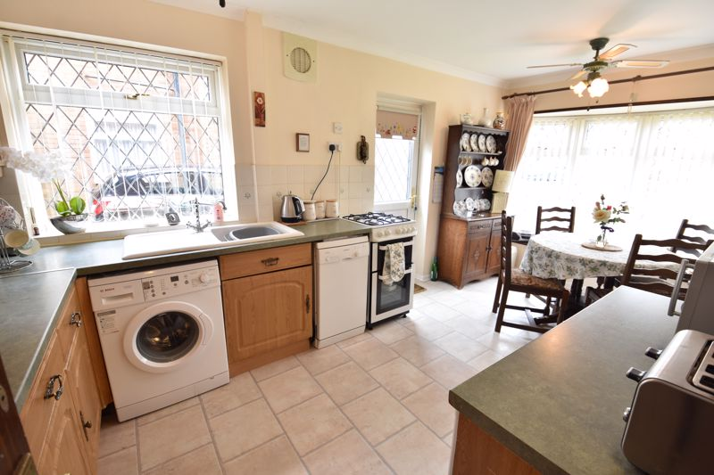 3 bedroom  to buy in Forrest Crescent, Luton - Photo 12