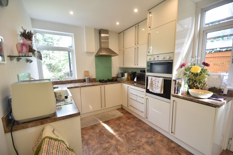 3 bedroom Semi-Detached  to rent in St. Michaels Crescent, Luton - Photo 4