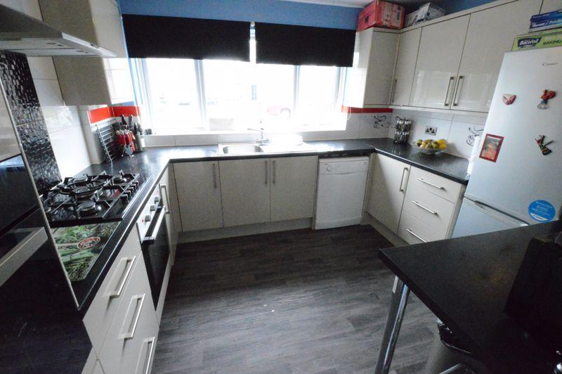 3 bedroom Mid Terrace to buy in Telscombe Way, Luton - Photo 4