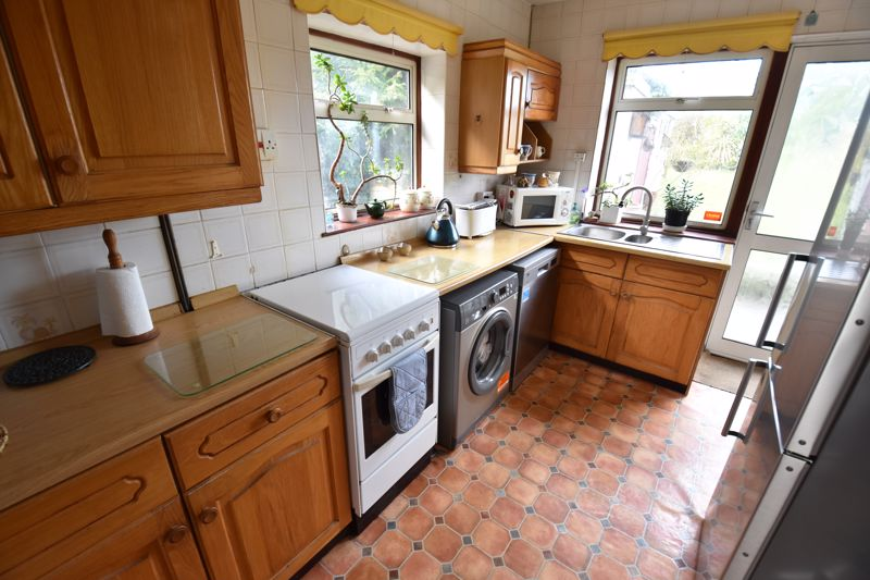 3 bedroom Semi-Detached  to buy in Dewsbury Road, Luton - Photo 8