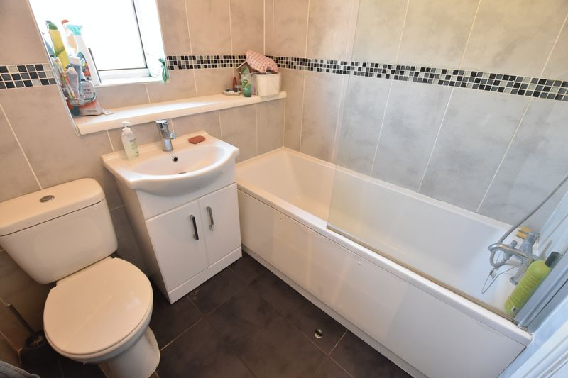 3 bedroom  to buy in Lorimer Close, Luton - Photo 1