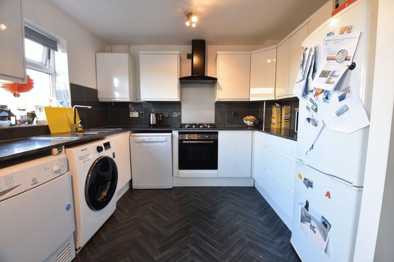 3 bedroom  to buy in Lorimer Close, Luton - Photo 18