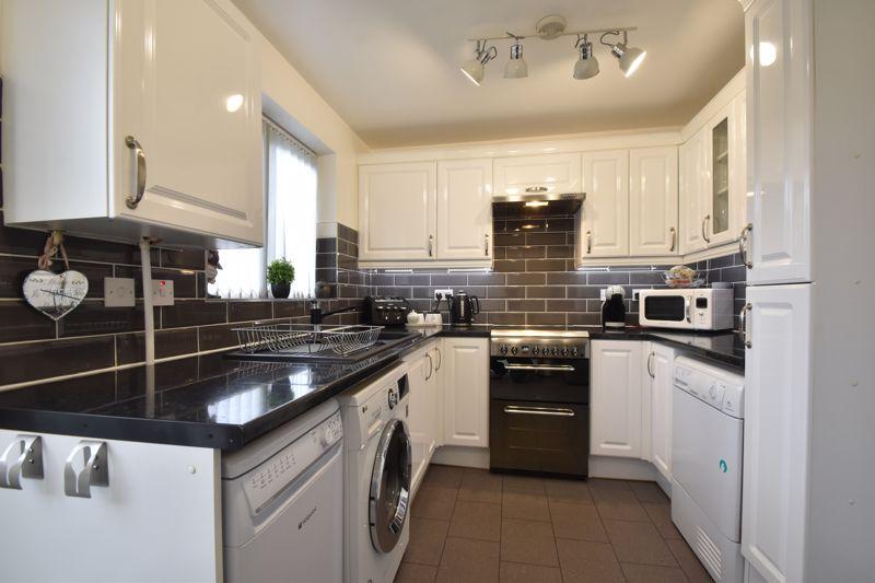 2 bedroom Mid Terrace to buy in Furze Close, Luton - Photo 4