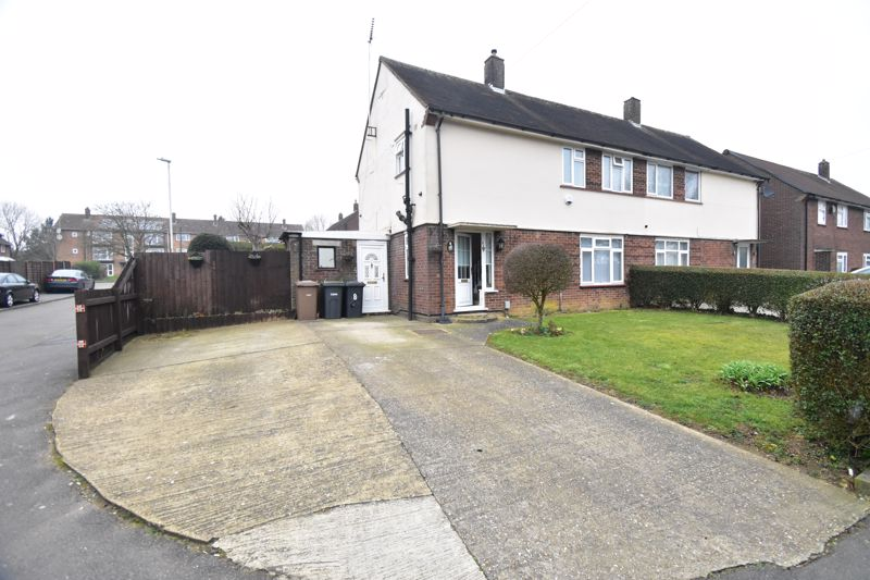 3 bedroom Semi-Detached  to buy in Santingfield South, Luton