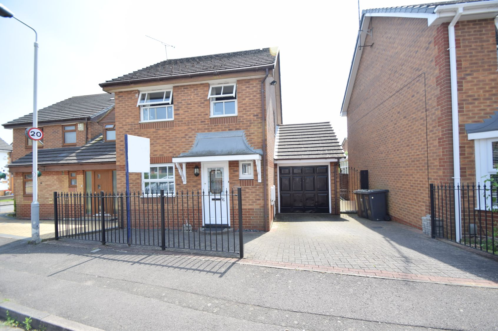 3 bedroom Detached  to buy in Chard Drive, Luton