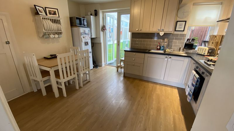 2 bedroom Mid Terrace to buy in Pomfret Avenue, Luton - Photo 2