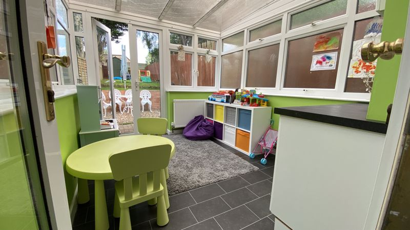 2 bedroom Mid Terrace to buy in Pomfret Avenue, Luton - Photo 4