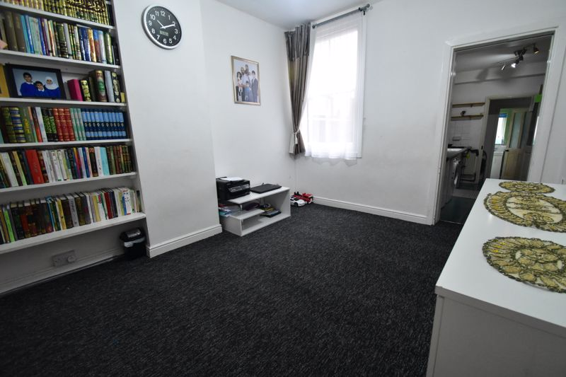 3 bedroom Mid Terrace to buy in Arthur Street, Luton - Photo 9
