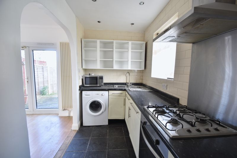 3 bedroom Semi-Detached  to rent in Fourth Avenue, Luton - Photo 12