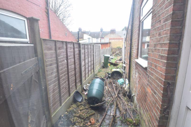 3 bedroom Mid Terrace to buy in Vernon Road, Luton - Photo 1