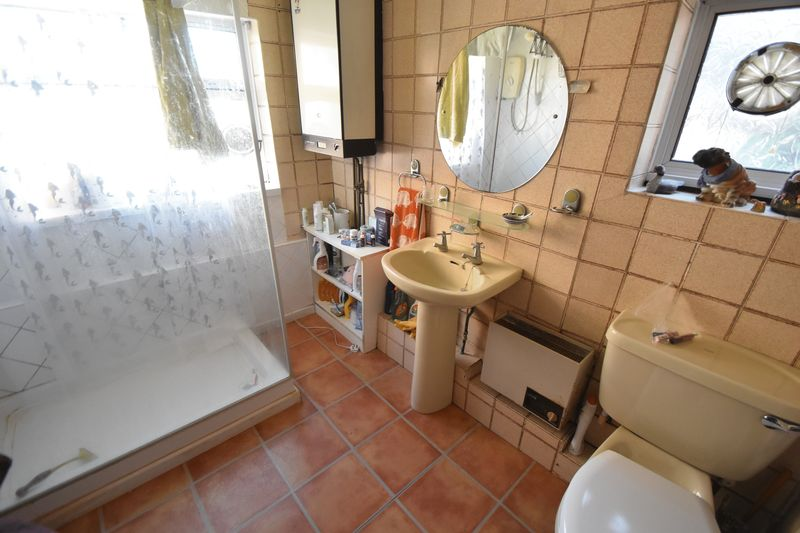 3 bedroom Mid Terrace to buy in Tennyson Road, Luton - Photo 4