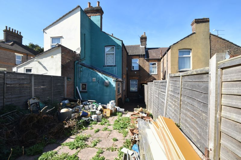 3 bedroom Mid Terrace to buy in Tennyson Road, Luton - Photo 12