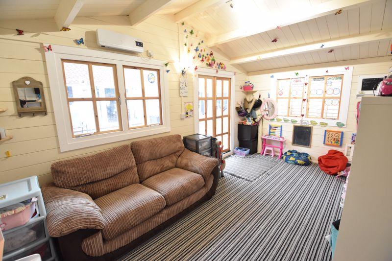 3 bedroom  to buy in Ross Way, Luton - Photo 2