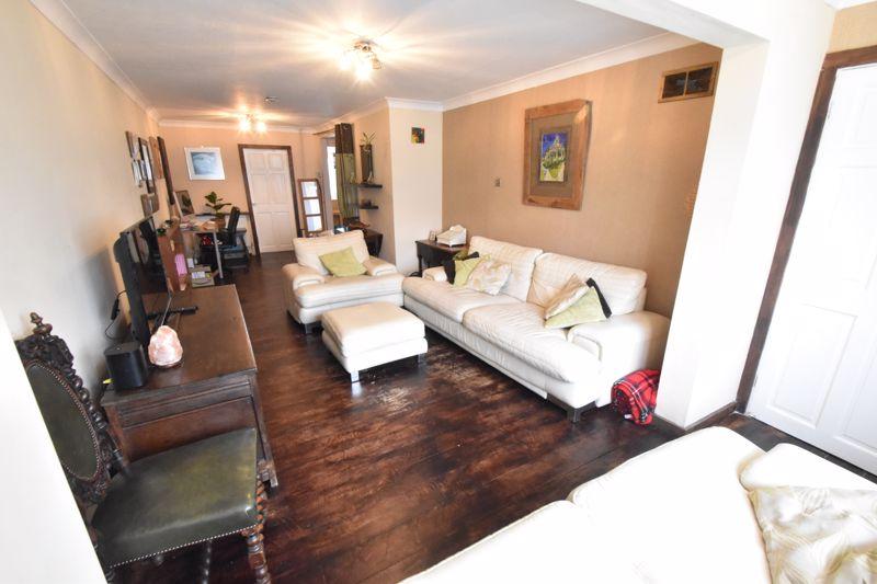 4 bedroom Mid Terrace to buy in Verulam Gardens, Luton - Photo 3