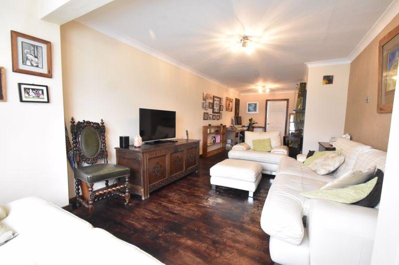4 bedroom Mid Terrace to buy in Verulam Gardens, Luton - Photo 4