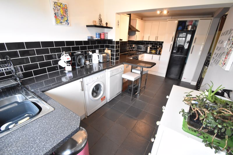 4 bedroom Mid Terrace to buy in Verulam Gardens, Luton - Photo 17