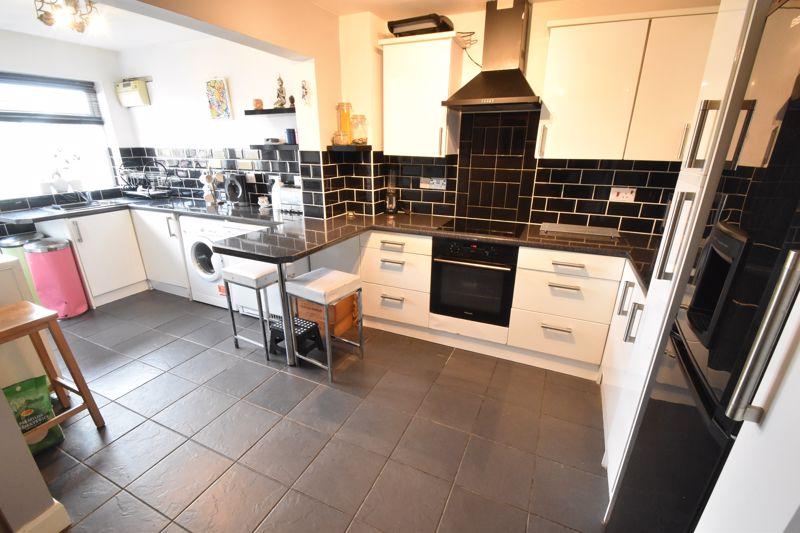 4 bedroom Mid Terrace to buy in Verulam Gardens, Luton - Photo 18