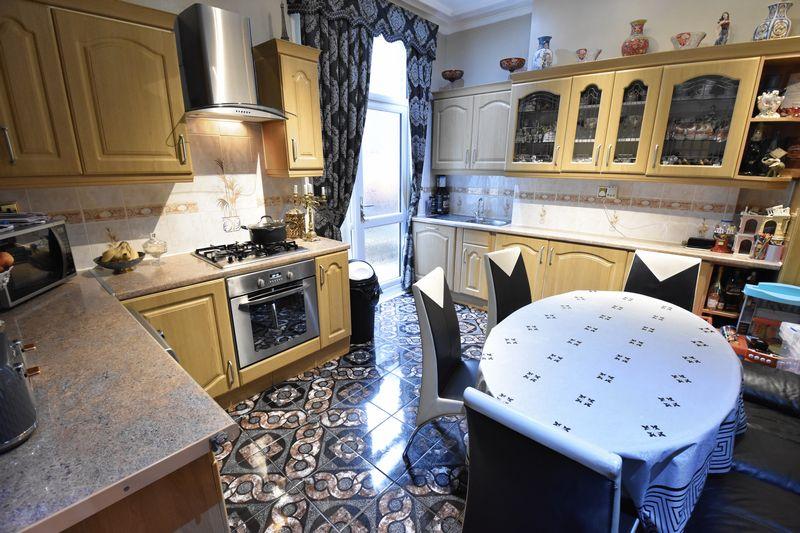 4 bedroom  to buy in Napier Road, Luton - Photo 5