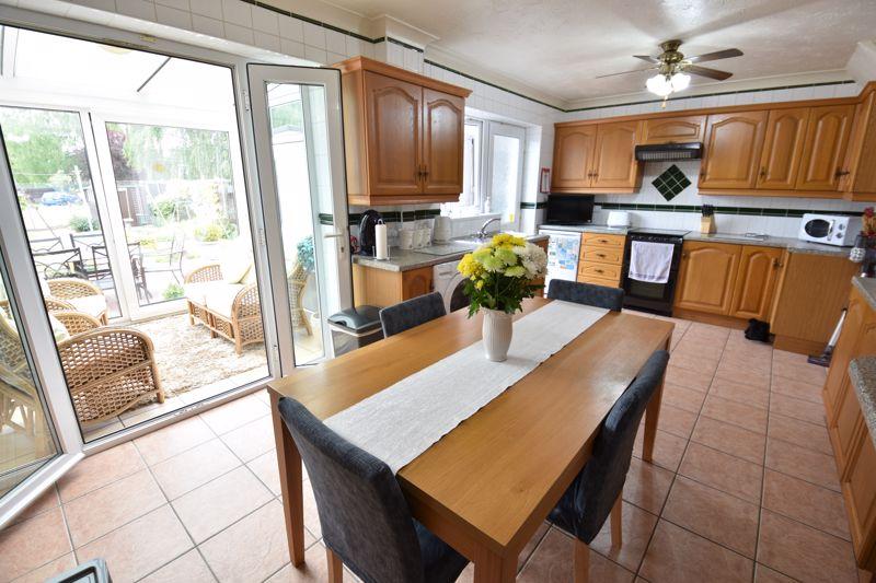 3 bedroom Mid Terrace to buy in Wilsden Avenue, Luton - Photo 8