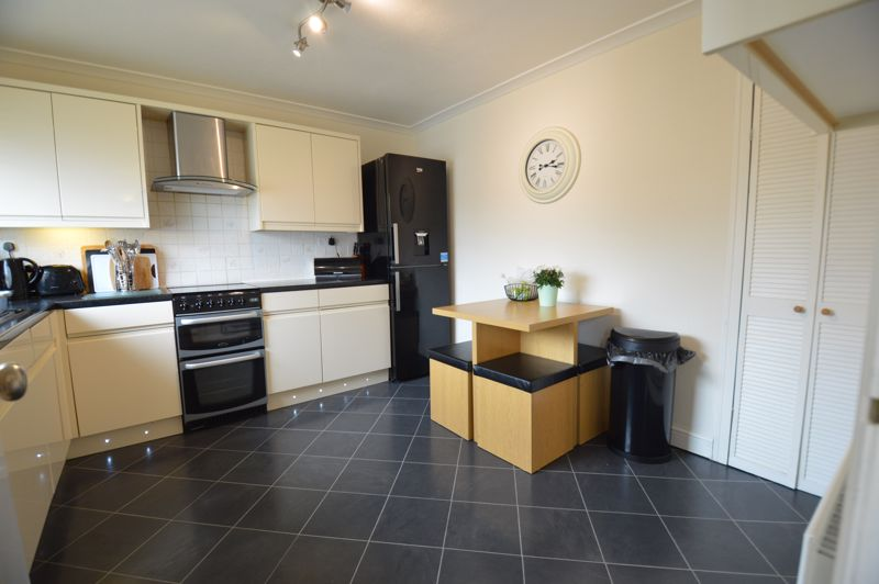 3 bedroom Semi-Detached  to buy in Bracklesham Gardens, Luton - Photo 8