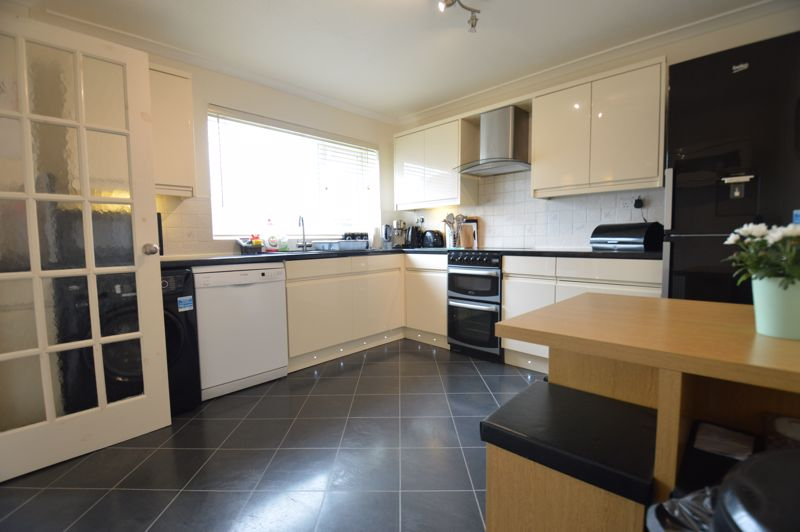 3 bedroom Semi-Detached  to buy in Bracklesham Gardens, Luton - Photo 9