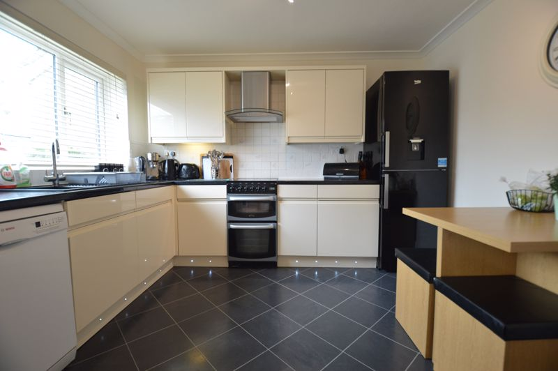 3 bedroom Semi-Detached  to buy in Bracklesham Gardens, Luton - Photo 10