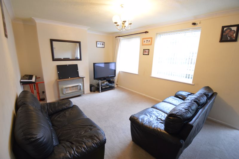 3 bedroom Mid Terrace to buy in Brendon Avenue, Luton - Photo 2