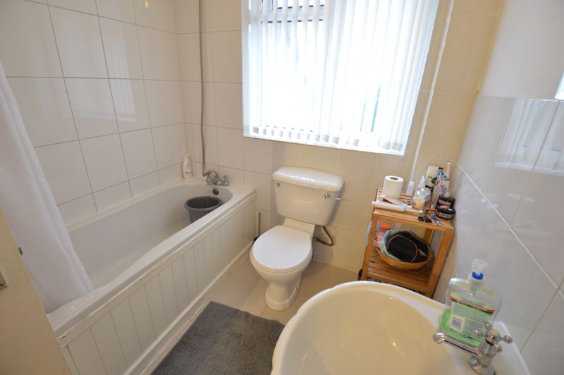 3 bedroom Mid Terrace to buy in Brendon Avenue, Luton - Photo 4
