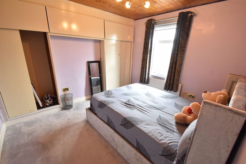 2 bedroom Mid Terrace to buy in St. Augustine Avenue, Luton - Photo 6