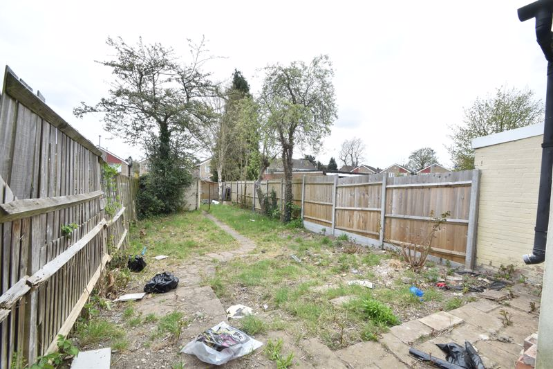 2 bedroom Mid Terrace to buy in St. Augustine Avenue, Luton - Photo 10