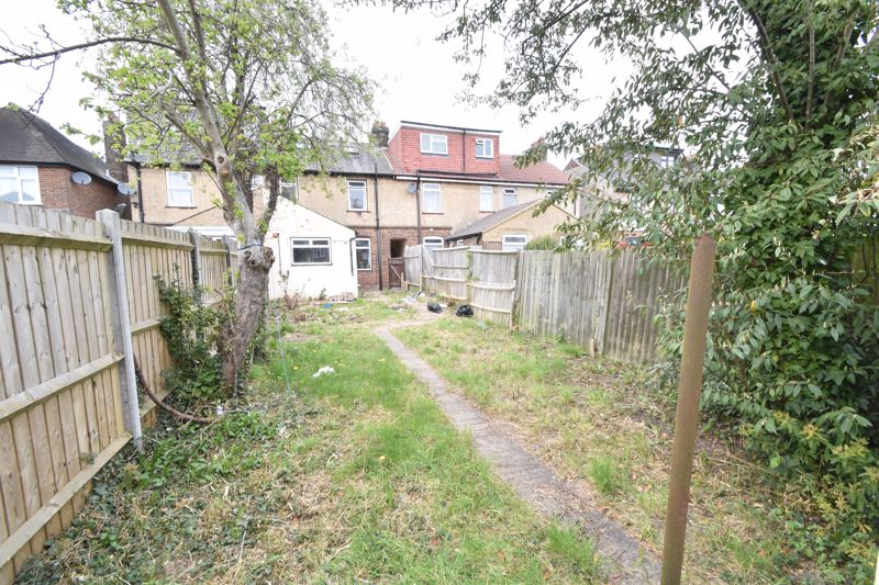 2 bedroom Mid Terrace to buy in St. Augustine Avenue, Luton - Photo 12