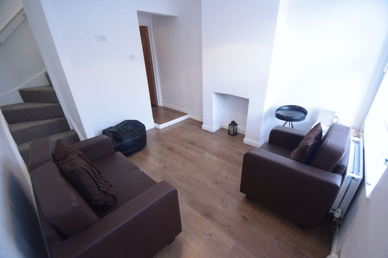 3 bedroom Mid Terrace to rent in Winsdon Road, Luton - Photo 12