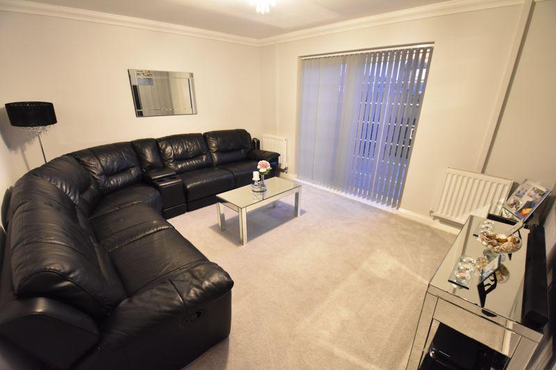 4 bedroom Mid Terrace to buy in Castle Croft Road, Luton - Photo 3