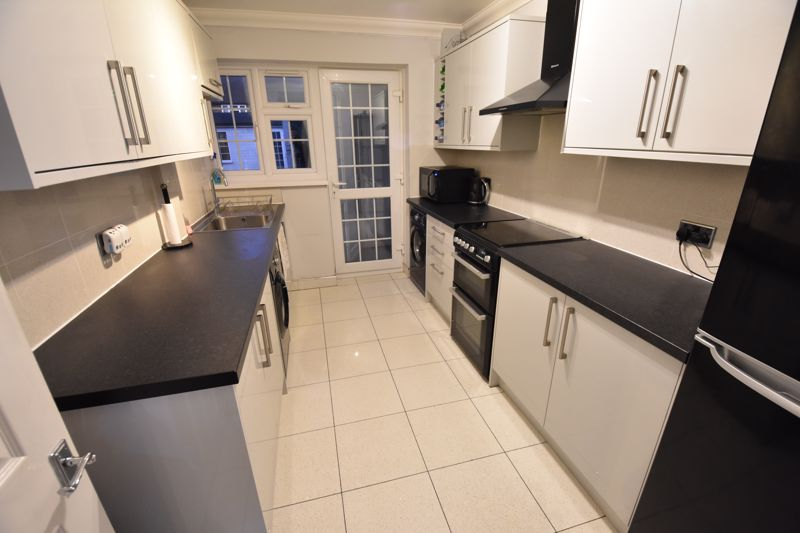 4 bedroom Mid Terrace to buy in Castle Croft Road, Luton - Photo 5