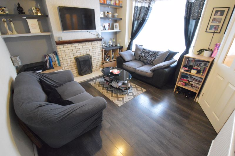 3 bedroom Mid Terrace to buy in Neville Road, Luton - Photo 3