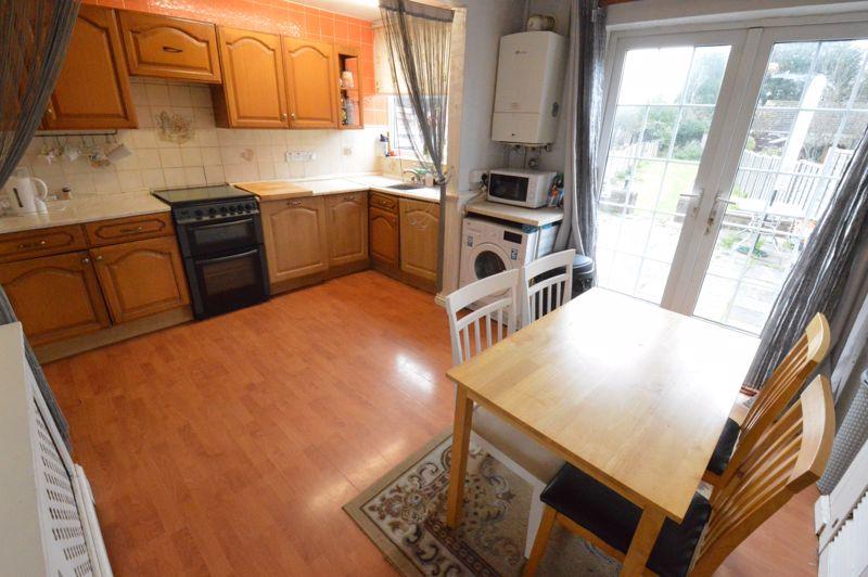 3 bedroom Mid Terrace to buy in Neville Road, Luton - Photo 4