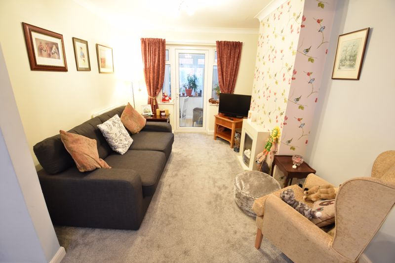 3 bedroom Mid Terrace to buy in Browning Road, Luton - Photo 3