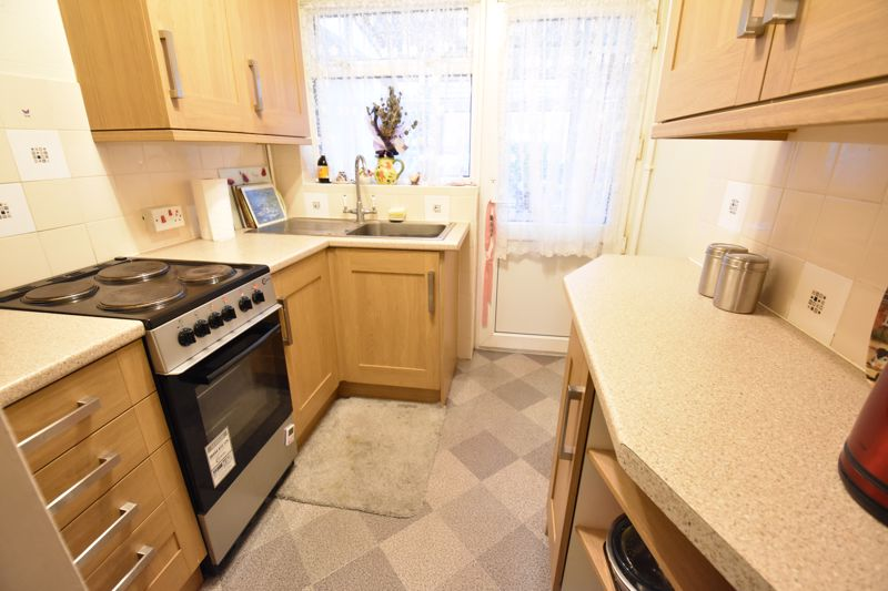 3 bedroom Mid Terrace to buy in Browning Road, Luton - Photo 5