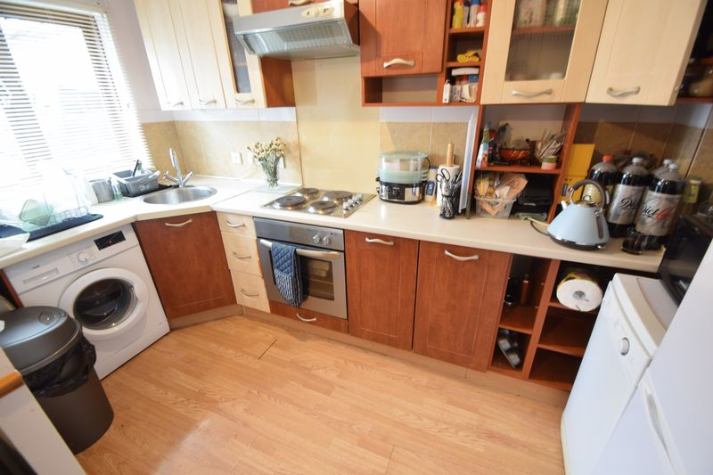 2 bedroom Mid Terrace to rent in Coverdale, Luton - Photo 2