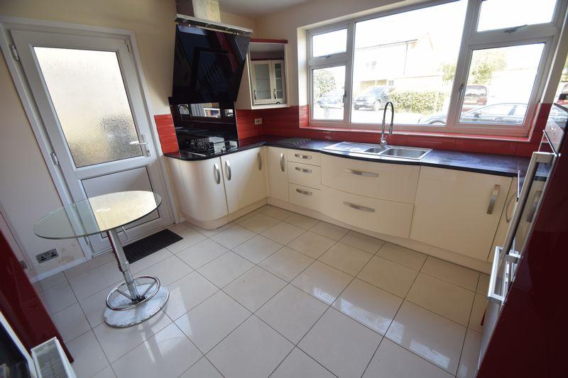 3 bedroom Semi-Detached  to rent in Beaconsfield, Luton - Photo 11