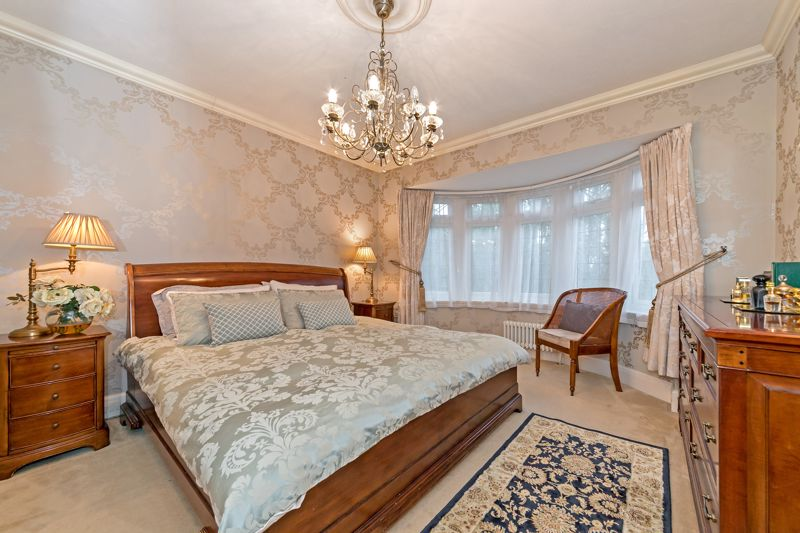 5 bedroom Detached  to buy in Old Bedford Road, Luton - Photo 4
