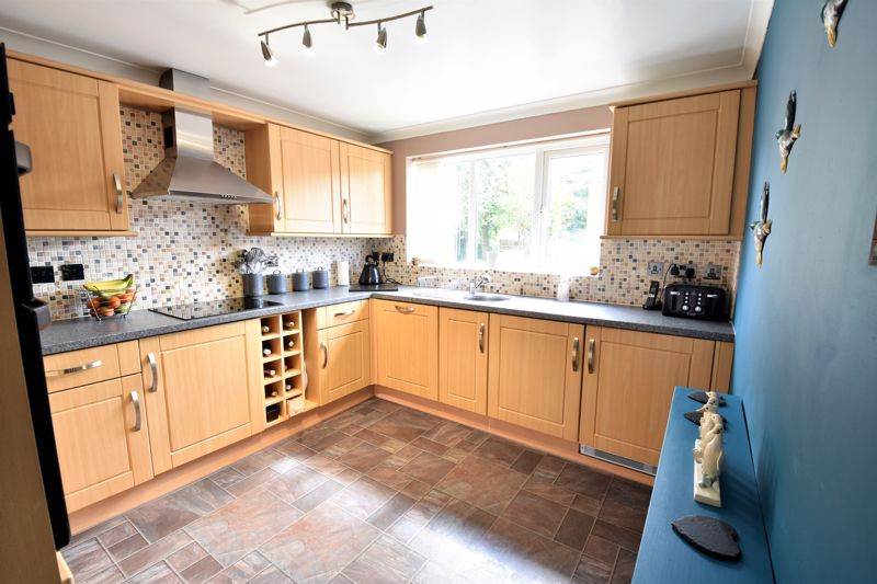 3 bedroom Semi-Detached  to buy in Hedley Rise, Luton - Photo 6