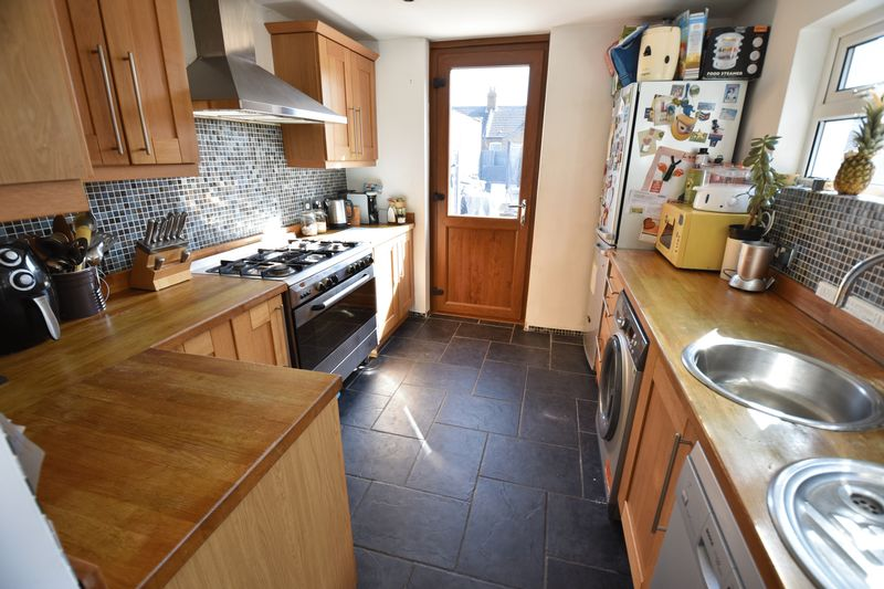 2 bedroom Mid Terrace to buy in Newcombe Road, Luton - Photo 7