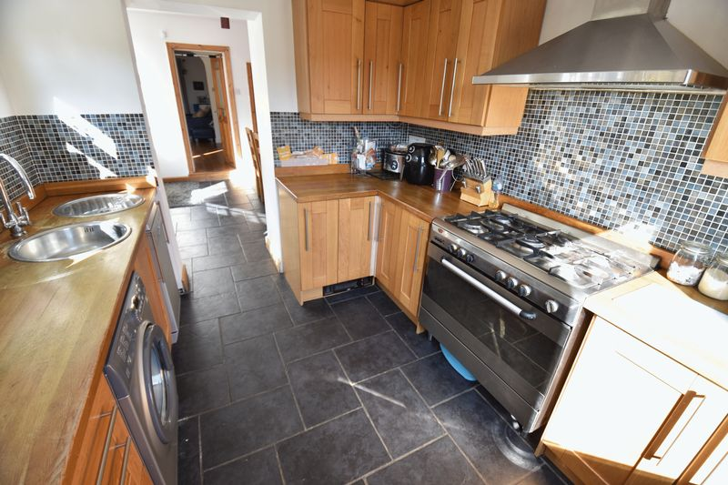 2 bedroom Mid Terrace to buy in Newcombe Road, Luton - Photo 8