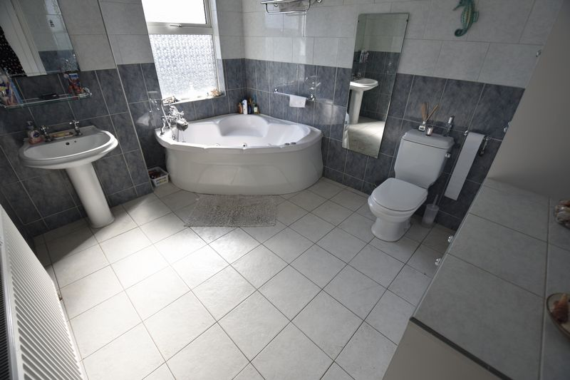 2 bedroom Mid Terrace to buy in Newcombe Road, Luton - Photo 12