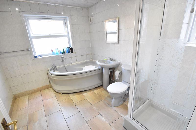 3 bedroom Mid Terrace to buy in Wimborne Road, Luton - Photo 4